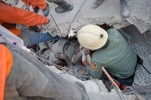 haiti quake: rescuers try to free a survivor in Haiti
