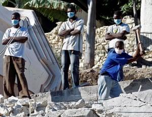 haiti quake: haitians try to find survivors