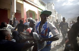 Lawless Haiti: Looters fight for products at a business area in Port-au-Prince