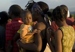 Haiti Aid: Haitians line up for food