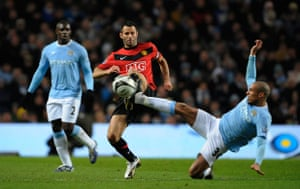 City v United: Giggs and De Jong battle for the ball in the middle of the park