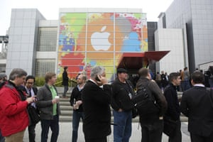 Apple ipad: Guests line upto attend the Apple ipad launch