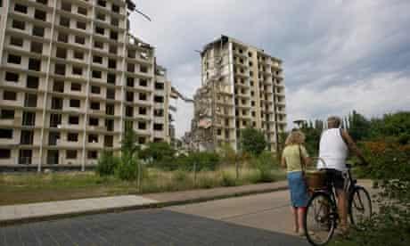Hoyerswerda high rise being demolished