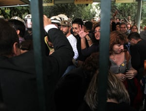 Protest at Acropolis: Riot police remove protesters from the gate of the ancient Acropolis site