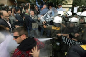 Protest at Acropolis: Riot policemen use teargas to disperse the media