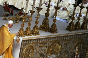 Canonisation ceremony: The pope leads a canonisation mass