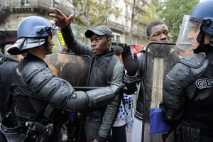 strikes in france: Gendarmes confront protesting students in Paris