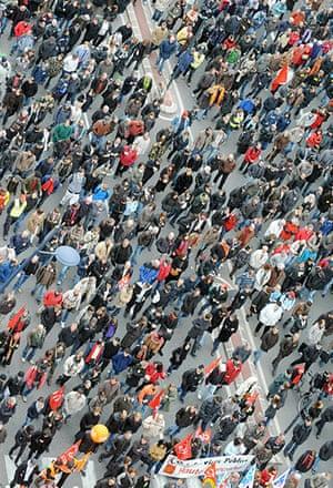 strikes in france: People demonstrate