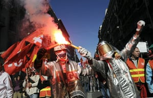 strikes in france: Metal workers demonstrate with flares in Marseille