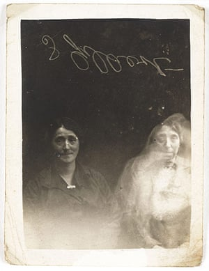 William Hope ghost pics: Two women with a spirit, c 1920.