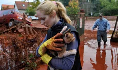 Tunde Erdelyi saves her cat from toxic sludge in Hungary