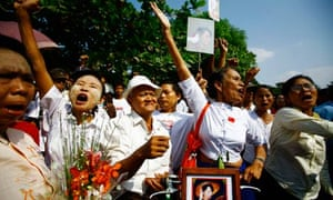 Aung San Suu Kyi supporters rally outside Burmese pro-democracy leader's house before her release