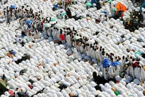 Hajj, Saudi Araba: Muslim pilgrims pray near the Namira Mosque