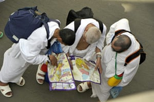 Hajj, Saudi Araba: Muslim pilgrims look at a map