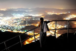 Hajj, Saudi Araba: A Muslim pilgrim looks at Mecca from the