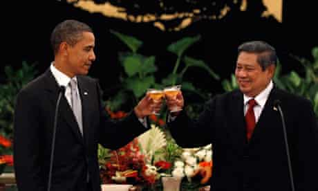 Barack Obama toasts with Indonesia's president Susilo Bambang Yudhoyono