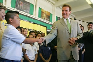 Arnold Schwarzenegger : California Governor Arnold Schwarzenegger visits a school