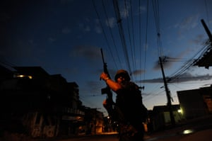 24 hours in pictures: operation against drug gangs in Rio