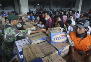Mount Merapi: Indonesian army members distributes food for refugees