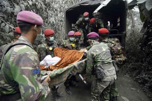 Mount Merapi: Indonesian Special Forces evacuate a woman