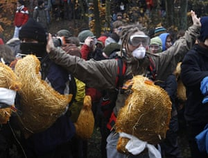 Anti-nuclear protests: Anti-nuclear activists react as German riot police try to remove them
