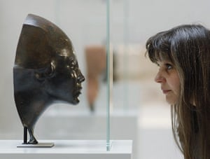 Berlin Museum: A journalist looks at a sculpture that was discovered