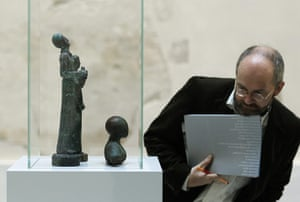 Berlin Museum: Journalist inspects sculptures that was discovered