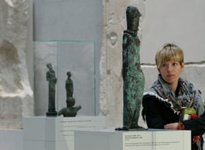 Berlin Museum: A visitor looks at the bronze sculpture 'standing girl'