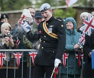 Wootton Bassett : Prince Harry struggles with his klaxon horn