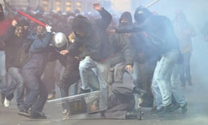In Rome a policeman is surrounded and hit by demonstrators