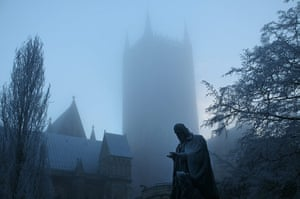 snow continues in uk: Lincoln Cathedral