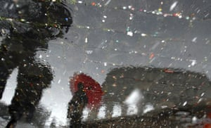 snow in Rome: Tourists protect themselves with umbrellas