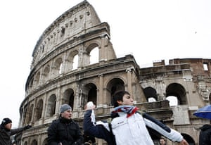 snow in Rome: Youths have a snowball fight