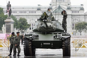 Thaksin Shinawatra: 20 September 2006: Soldiers stand guard on a military tank