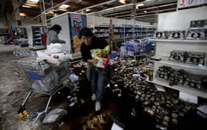 chile update: People loot a supermarket in Concepcion, Chile
