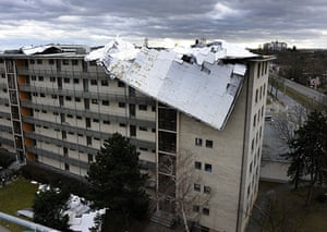 Storm damage in Europe: The roof of an apartment building hangs to the side of the house in Mainz