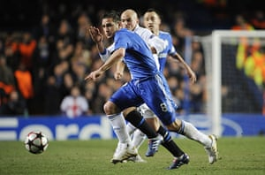 Chelsea v Inter: Frank Lampard tries to battle past Esteban Cambiasso