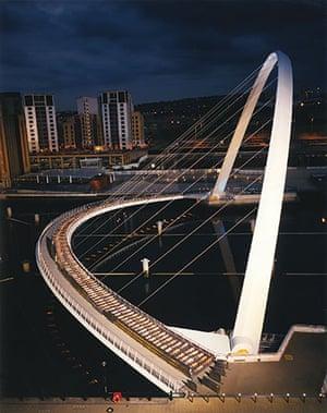 Spencer Tunick: Gateshead Millennium Bridge, Newcastle