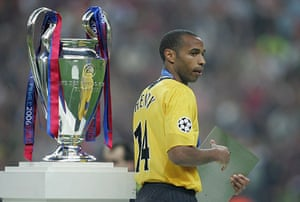 06 Champions League Final: Dejected Thierry Henry Walks Past The Trophy