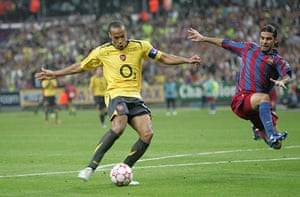 06 Champions League Final: Thierry Henry Misses A Chance In The 2nd Half. Marquez Is Leaping Defender