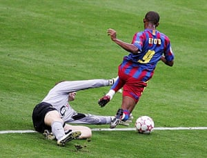 06 Champions League Final: Jens Lehmann brings down Samuel Eto'o and is sent off