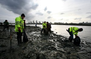 Cleaning the Thames: Volunteers during the cleanup