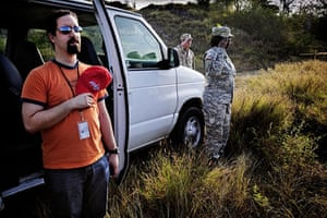 Guantanamo Bay: The guided military and an american journalist saluted the national anthem