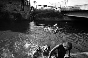 Te Vejo Maré: Children play in one of the water channels