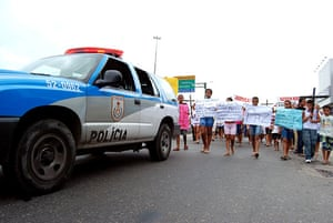 Te Vejo Maré: The demonstration with placards calling for peace