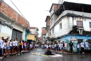Te Vejo Maré: When the residents reached the end of their march they joined hands
