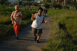 Te Vejo Maré: Ladies having their morning excercise on a running and cycle path