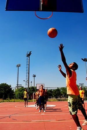 """Te Vejo Maré: Young people playing Basketball at """" Vila Olímpica"""""""