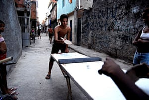 Te Vejo Maré: Young people playing table tennis on an improvised table
