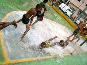 Te Vejo Maré: After a heavy rainfall, the children enjoy waterslides